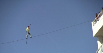 Nik Wallenda does a high wire walk across US 41 in Sarasota
